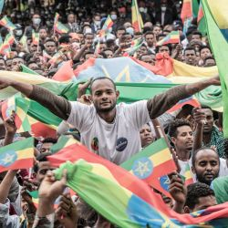 Militares recién reclutados ondean la bandera nacional etíope durante una ceremonia de despedida de los nuevos reclutas que se incorporan a las fuerzas militares etíopes a Tigray, organizada por el alcalde en Addis Abeba.   Foto:Amanuel Sileshi / AFP