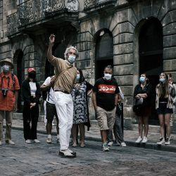 Un guía habla con los turistas que llevan máscaras protectoras en vísperas de las nuevas medidas destinadas a frenar la propagación de la pandemia de Covid-19 en Burdeos.   Foto:Philippe Lopez / AFP