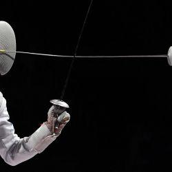 El ruso Kirill Borodachev compite contra el estadounidense Nick Itkin en el combate de clasificación de florete individual masculino durante los Juegos Olímpicos de Tokio 2020 en el pabellón Makuhari Messe en la ciudad de Chiba, prefectura de Chiba, Japón.   Foto:Mohd Rasfan / AFP