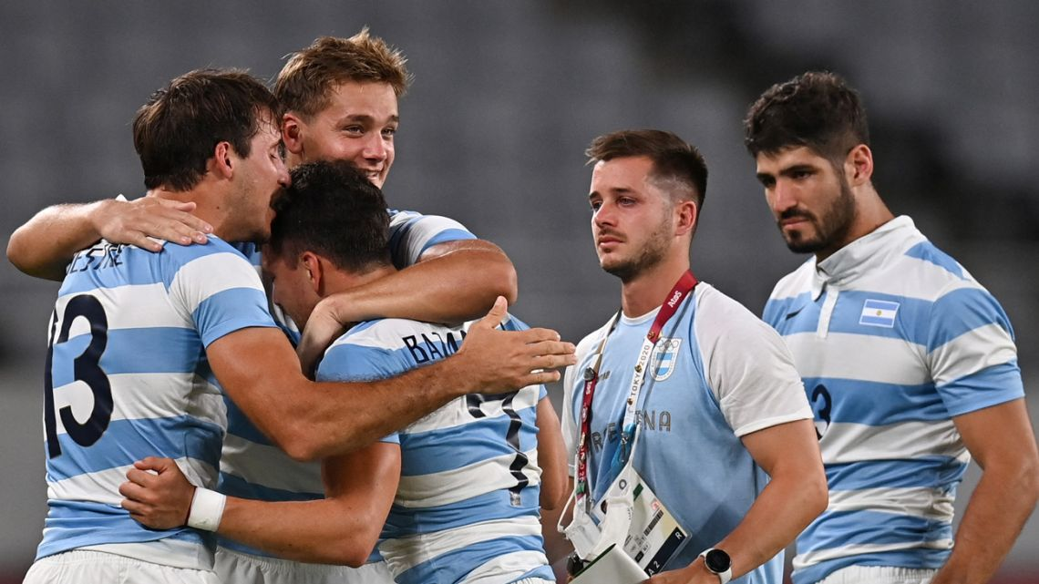 Argentina's players celebrate winning the men's quarter-final rugby sevens match between South Africa and Argentina during the Tokyo 2020 Olympic Games at the Tokyo Stadium in Tokyo on July 27, 2021.