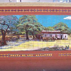 """En Dean Funes, podemos encontrar los """"Murales Cerámicos del artista Martín Santiago"""", ubicados en los laterales de la estación de ómnibus."""