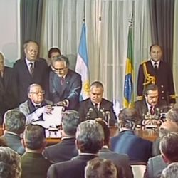 Alfonsín y Sarney firman el tratado de integración Argentino-Brasileña.