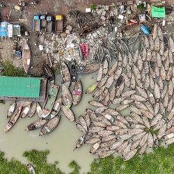Esta fotografía aérea muestra barcos amarrados a lo largo del río Buriganga durante el bloqueo impuesto por el gobierno de Bangladesh para frenar la propagación del coronavirus Covid-19 en Dhaka.   Foto:Munir Uz Zaman / AFP