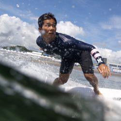 El japonés Hiroto Ohhara monta una ola durante un entrenamiento libre en la playa de surf de Tsurigasaki, en Chiba, durante los Juegos Olímpicos de Tokio 2020.   Foto:Olivier Morin / AFP