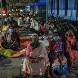 La gente espera para recibir la vacuna contra el coronavirus Covid-19 en el Colegio Médico y Hospital de Bengala del Norte, en las afueras de Siliguri.   Foto:Diptendu Dutta / AFP