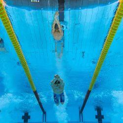Una vista submarina muestra al ruso Martin Malyutin, al brasileño Fernando Scheffer y al rumano David Popovici compitiendo en una semifinal de la prueba de natación masculina de 200 metros libres durante los Juegos Olímpicos de Tokio 2020 en el Centro Acuático de Tokio.   Foto:François-Xavier Marit / AFP