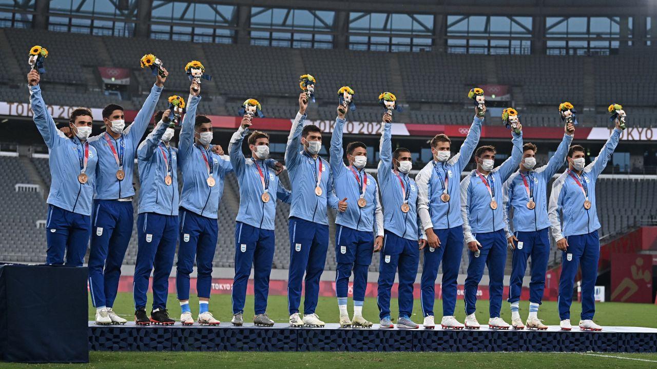 Los medallistas de bronce de Argentina suben al podio durante la ceremonia de la victoria tras el partido final de rugby a siete masculino durante los Juegos Olímpicos de Tokio 2020 en el Estadio de Tokio.   Foto:Ben Stansall / AFP