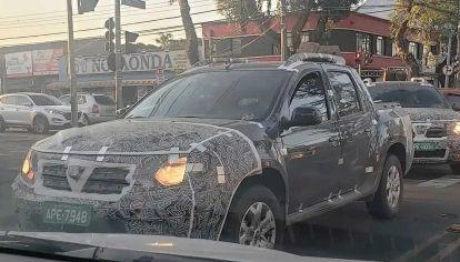 La nueva Renault Duster Oroch es fotografiada de frente