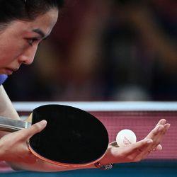La singapurense Yu MengYu sirve a la japonesa Mima Ito durante el partido de tenis de mesa individual femenino por la medalla de bronce en el Gimnasio Metropolitano de Tokio durante los Juegos Olímpicos de Tokio 2020 en Tokio. | Foto:Anne-Christine Poujoulat / AFP
