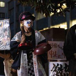 Activistas sostienen pancartas mientras se reúnen para una manifestación de protesta contra los Juegos Olímpicos de Tokio 2020 frente a la oficina del Primer Ministro, en Tokio. | Foto:Yuki Iwamura / AFP