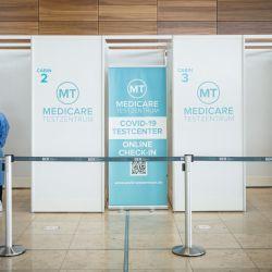 Un personal médico espera a que los pasajeros se sometan a una prueba de coronavirus (Covid-19) en un centro de pruebas en el aeropuerto de Berlín Brandenburg Willy Brandt en Schoenefeld al sureste de Berlín. | Foto:Stefanie Loos / AFP)