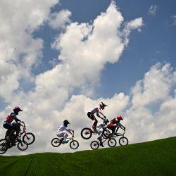Ciclistas compiten en la carrera de cuartos de final masculina de BMX en el Parque Deportivo Urbano de Ariake durante los Juegos Olímpicos de Tokio 2020 en Tokio. | Foto:Loic Venance / AFP
