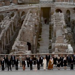 Los ministros de Cultura del G20 posan para una foto en el Coliseo en la apertura de su reunión en Roma. | Foto:Filippo Monteforte / AFP