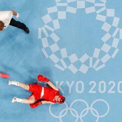 Una vista general muestra a la japonesa Tsukimi Namiki (rojo) y a la brasileña Graziele Sousa luchando durante su combate de boxeo de octavos de final de la categoría mosca femenina (48-51kg) durante los Juegos Olímpicos de Tokio 2020 en el Kokugikan Arena en Tokio. | Foto:Ueslei Marcelino / POOL / AFP