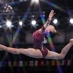 La japonesa Aiko Sugihara compite en la prueba de suelo de la clasificación femenina de gimnasia artística durante los Juegos Olímpicos de Tokio 2020 en el Centro de Gimnasia Ariake en Tokio. | Foto:Lionel Bonaventure / AFP