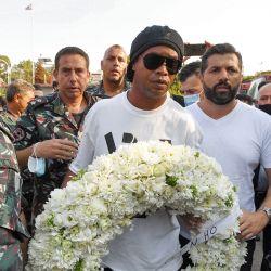 El ex futbolista brasileño Ronaldinho llega para depositar una corona de flores en recuerdo de los miembros de la defensa civil libanesa que murieron casi un año antes durante la explosión que sacudió el puerto de la capital libanesa, Beirut, en el cuartel de los bomberos de Beirut, cerca del lugar de la explosión del puerto. | Foto:AFP