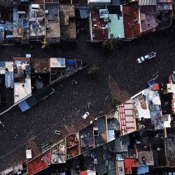 Vista aérea de varios autos varados en una calle enlodada luego de que las fuertes lluvias continúan desbordando el arroyo El Seco, en Zapopan, estado de Jalisco, México. | Foto:Ulises Ruiz / AFP