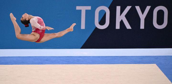La canadiense Brooklyn Moors compite en la prueba de suelo de la final del all-around femenino de gimnasia artística durante los Juegos Olímpicos de Tokio 2020 en el Centro de Gimnasia Ariake en Tokio.