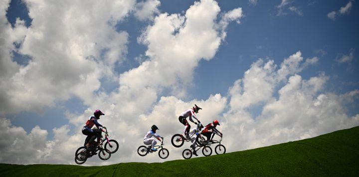 Ciclistas compiten en la carrera de cuartos de final masculina de BMX en el Parque Deportivo Urbano de Ariake durante los Juegos Olímpicos de Tokio 2020 en Tokio.