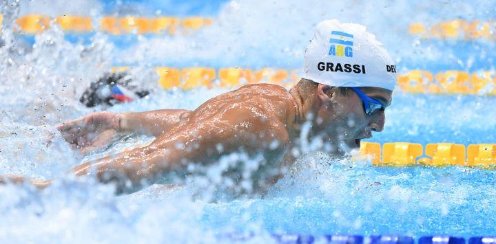 El argentino Santiago Grassi compite en una eliminatoria de la prueba masculina de 100 metros mariposa durante los Juegos Olímpicos de Tokio 2020 en el Centro Acuático de Tokio.