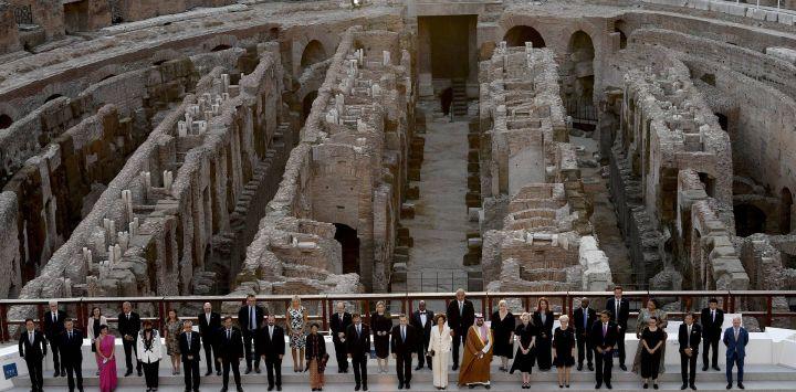 Los ministros de Cultura del G20 posan para una foto en el Coliseo en la apertura de su reunión en Roma.