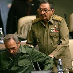 Fidel Castro junto a su hermano, Raúl Castro.