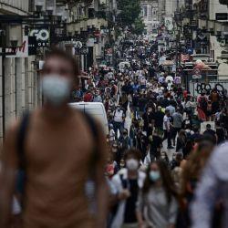 Los peatones llevan máscaras protectoras en una zona en la que ya son obligatorias, en vísperas de las nuevas medidas destinadas a frenar la propagación de la pandemia de Covid-19 en Burdeos. | Foto:Philippe Lopez / AFP