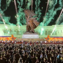 Esta foto muestra fuegos artificiales durante la 7ª Conferencia Nacional de Veteranos de Guerra frente al Monumento a la Guerra de Liberación de la Patria Victoriosa en Pyongyang, para conmemorar el 68º aniversario del final de la Guerra de Corea. | Foto:STR / KCNA VIA KNS / AFP