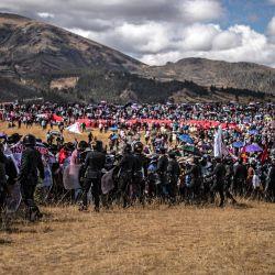 Simpatizantes del presidente peruano Pedro Castillo, llegan a la Pampa de la Quinua para la ceremonia simbólica de investidura presidencial en Ayacucho, sur de Perú. | Foto:Ernesto Benavides / AFP