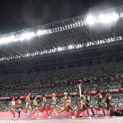 Una vista general muestra a los atletas que compiten en un estadio emtpy en las series de 5.000 metros femeninos durante los Juegos Olímpicos de Tokio 2020 en el Estadio Olímpico de Tokio. | Foto:Jewel Samad / AFP