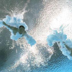 Una vista subacuática muestra a los chinos Xie Siyi y Wang Zongyuan compitiendo en la prueba final de trampolín de 3 metros sincronizado masculino durante los Juegos Olímpicos de Tokio 2020 en el Centro Acuático de Tokio. | Foto:François-Xavier Marit / AFP