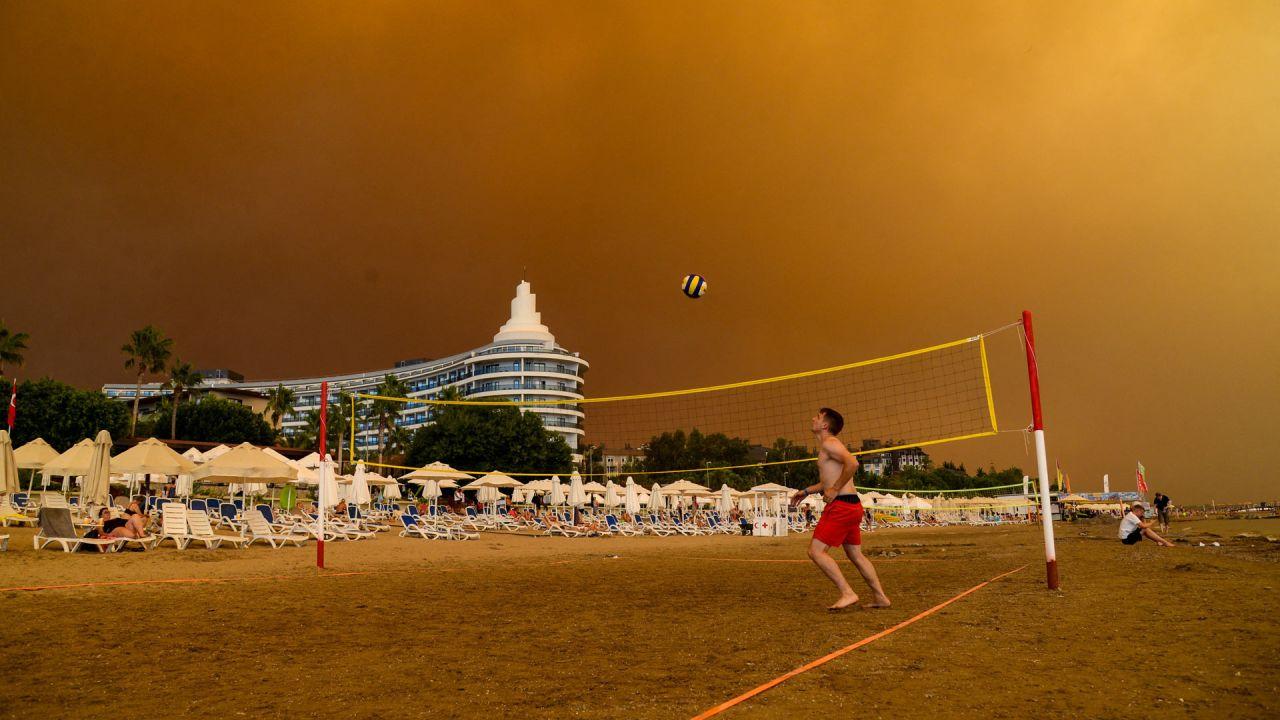 El humo oscuro se extiende sobre un complejo hotelero durante un incendio forestal masivo que se produjo en una región turística del Mediterráneo en la costa sur de Turquía, cerca de la ciudad de Manavgat. | Foto:Ilyas Akengin / AFP