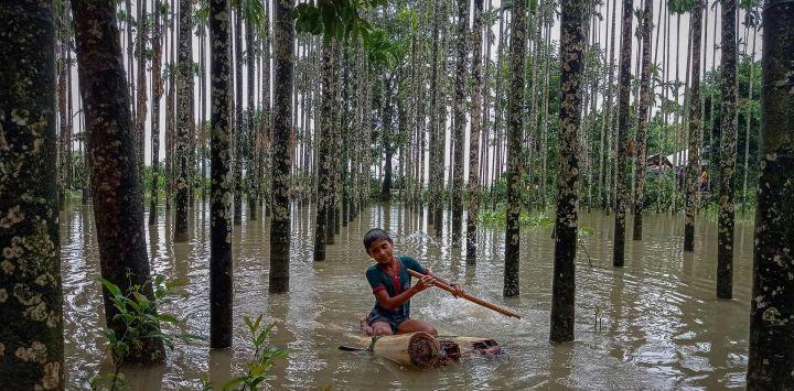 Un niño vadea una zona inundada utilizando una balsa improvisada en Maulovir Para, Cox's Bazar, después de que las inundaciones monzónicas y los corrimientos de tierra hayan dejado incomunicadas a más de 300.000 personas en pueblos del sureste de Bangladés y hayan causado la muerte de al menos 20 personas.