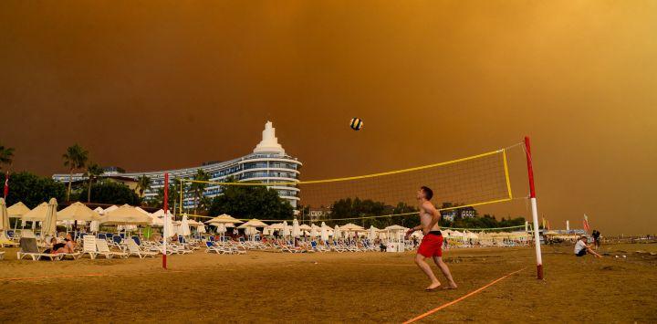 El humo oscuro se extiende sobre un complejo hotelero durante un incendio forestal masivo que se produjo en una región turística del Mediterráneo en la costa sur de Turquía, cerca de la ciudad de Manavgat.
