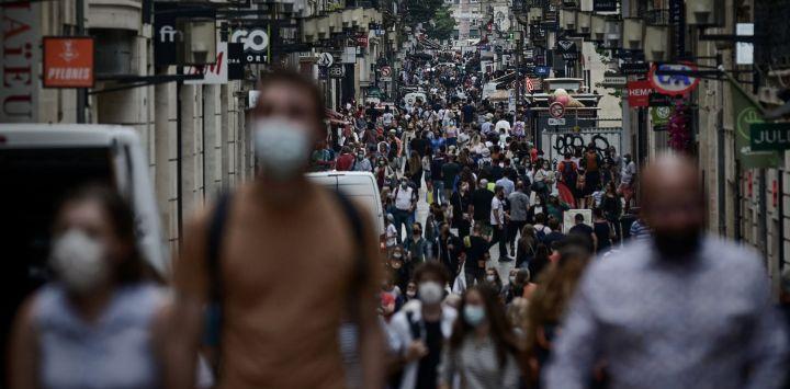Los peatones llevan máscaras protectoras en una zona en la que ya son obligatorias, en vísperas de las nuevas medidas destinadas a frenar la propagación de la pandemia de Covid-19 en Burdeos.