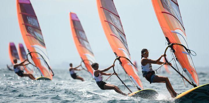 Las competidoras participan en la carrera de windsurfistas femeninas durante la competición de vela de los Juegos Olímpicos de Tokio 2020 en el puerto de yates de Enoshima en Fujisawa, prefectura de Kanagawa, Japón.