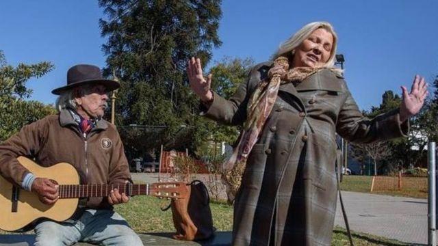 Lilita Carrio cantando