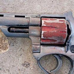La fotografía, tomada durante un procedimiento policial, muestra un revólver con el zamak degradado y su tambor de acero oxidado.