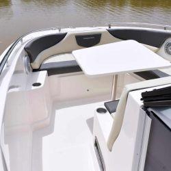 Cuenta con un sector open de proa con lugar para una mesa central y una pequeña cabina al centro con un baño completo.