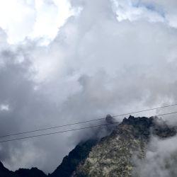 El equilibrista italiano Andrea Loreni actúa sobre un cable de acero cerca de la presa del lago Ceresole en Ceresole Reale, Valle del Orco, región de los Alpes, noroeste de Italia.   Foto:Marco Bertorello / AFP
