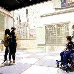 Los visitantes contemplan la exposición    Foto:Remko de Waal / ANP / AFP