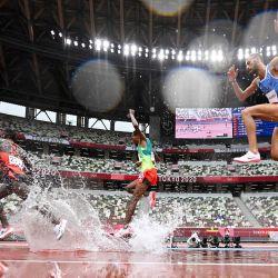 El keniano Abraham Kibiwot, el etíope Getnet Wale y el italiano Ahmed Abdelwahed compiten en las series de 3.000 metros obstáculos masculinos durante los Juegos Olímpicos de Tokio 2020 en el Estadio Olímpico de Tokio.   Foto:Andrej Isakovic / AFP