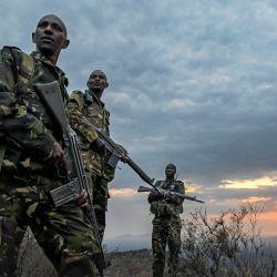 Agentes armados de la unidad de lucha contra la caza furtiva de Lewa Wildlife Conservancy observan desde una cresta al amanecer en Meru, mientras terminan su patrulla de seguridad nocturna contra la caza furtiva y las incursiones ilegales en la zona de conservación.   Foto:Tony Karumba / AFP