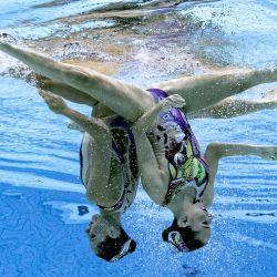 Una vista submarina muestra a las italianas Linda Cerruti y Costanza Ferro compitiendo en la preliminar de la prueba de natación artística libre femenina durante los Juegos Olímpicos de Tokio 2020 en el Centro Acuático de Tokio.   Foto:François-Xavier Marit / AFP