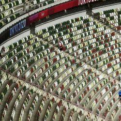 Miembros del personal asisten a las series de 3.000 metros obstáculos masculinos durante los Juegos Olímpicos de Tokio 2020 en el Estadio Olímpico de Tokio.   Foto:Ina Fassbender / AFP