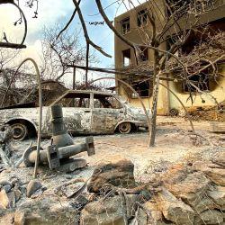 Esta fotografía tomada cerca de la ciudad de Manavgat muestra un coche quemado delante de una casa quemada en el incendio forestal masivo que arrasó una región turística del Mediterráneo en la costa sur de Turquía.   Foto:AFP