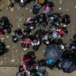 Vista aérea de los migrantes varados de Cuba, Haití y varios países africanos en Necoclí, Colombia.   Foto:Joaquin Sarmiento / AFP