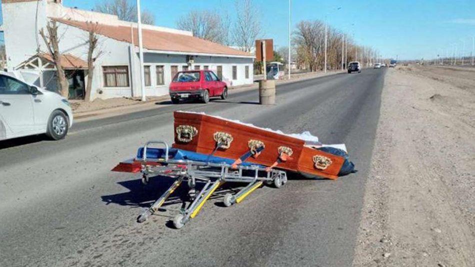 un coche fúnebre perdió un ataúd en Senillosa 20210802