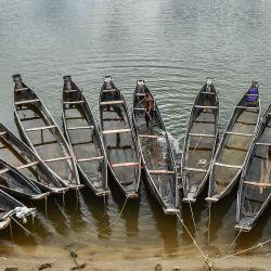Un trabajador retira el agua de un barco en un río en Jaflong en Sylhet.   Foto:Uz Zaman / AFP