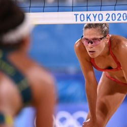 La canadiense Sarah Pavan mira en su partido de cuartos de final de voleibol de playa femenino entre Canadá y Australia durante los Juegos Olímpicos de Tokio 2020 en el Parque Shiokaze en Tokio.   Foto:Daniel Leal-Olivas / AFP
